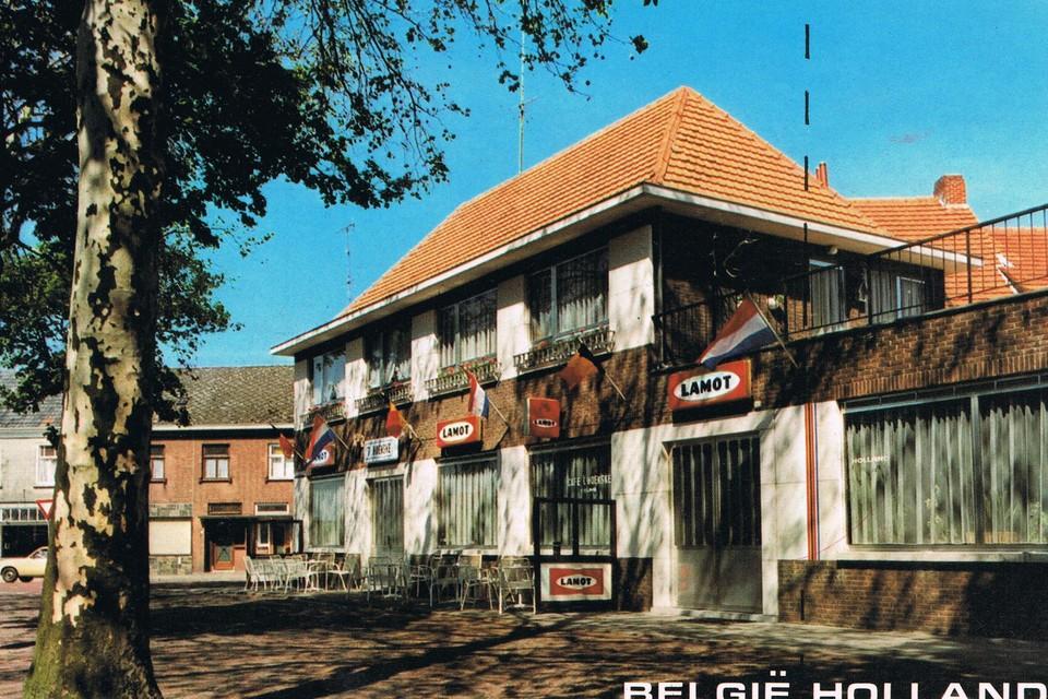 Café 't Hoekske in 1983. De grens staat aangeduid op de buitengevel.