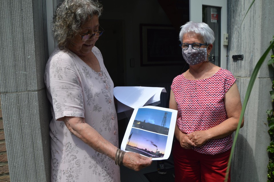 Heidi Bijttebier neemt de bezwaarschriften in ontvangst die Marleen komt afgeven. Een buurman stak er zelfs foto's bij van de zwarte rookpluim 's morgens vroeg.