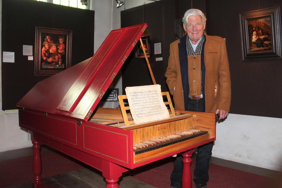 Conservator Jan Op de Beeck bij de klavecimbel in museum Het Zotte Kunstkabinet.
