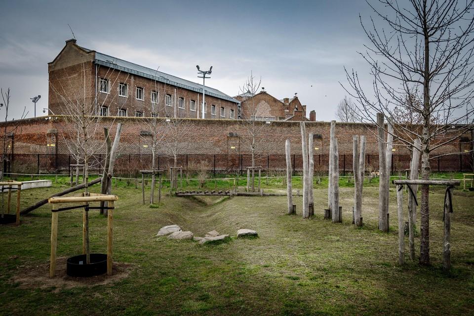 De drugs werden vanuit het Caputsteenpark over de gevangenismuur gegooid