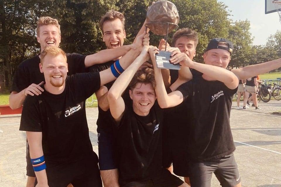 De winnende volleybalhelden zijn Brent Jansen, Niel Maes, Jannes Aarts, Wannes Jacobs, Arne Hooyberghs, Lennert Maes en Bert Borgers.
