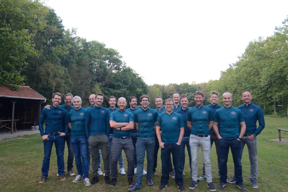 De enthousiaste leden van de nieuwe Lilse wielerclub De Vinnige Ketting presenteren hun wielerkledij.