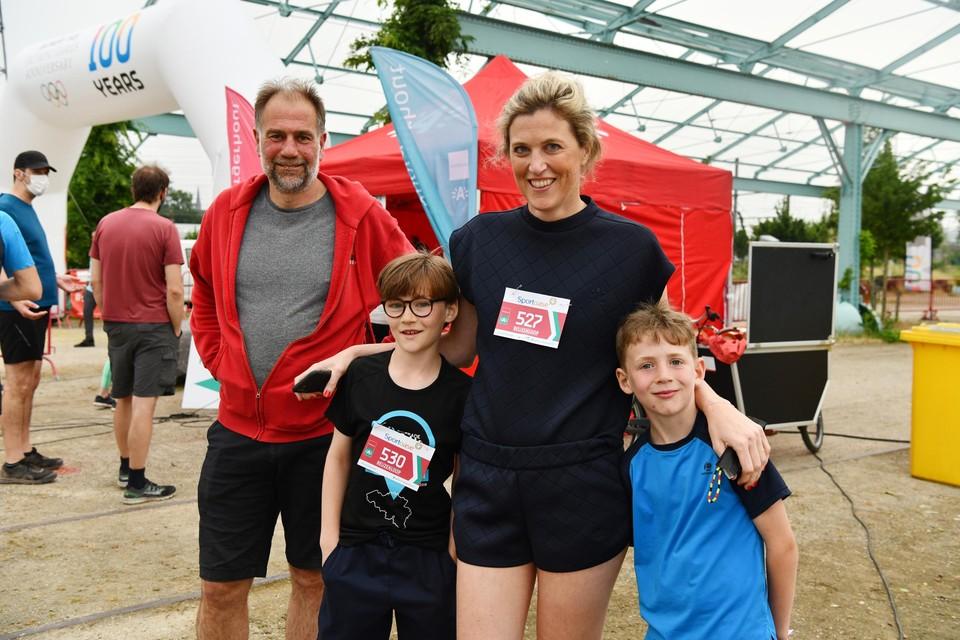 Schepen voor Sport van district Borgerhout Luc Moerkerke, minister van Binnenlandse Zaken Annelies Verlinden en haar neefjes Jack en Oliver