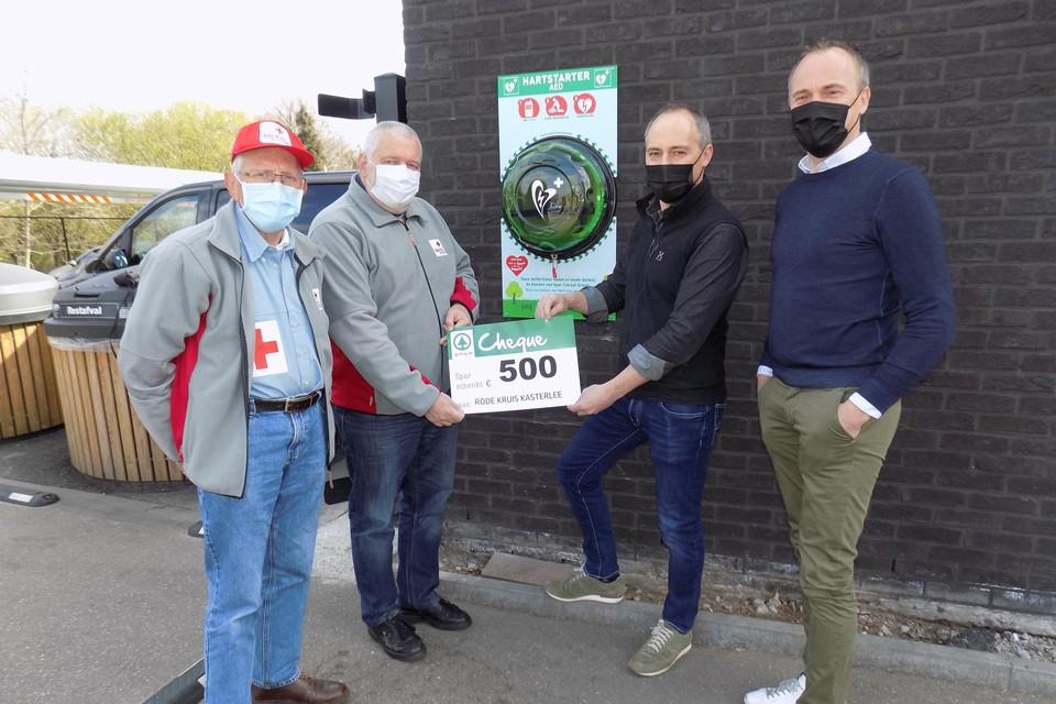 Leo Avonds en Dirk Bockx van Rode Kruis Kasterlee ontvangen een cheque van de broers Luc en Guy Van de Poel van Spar Lichtaart. De supermarkt installeerde ook een AED-toestel aan de winkel.