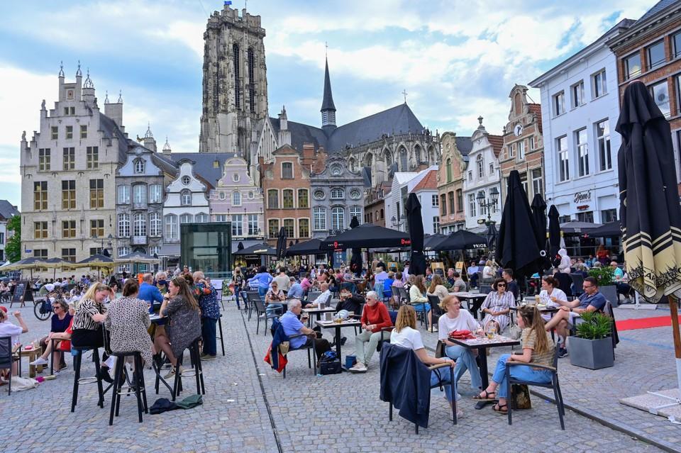 De Grote Markt bruist opnieuw van het leven. Een zicht dat menig Mechelaar gemist heeft.