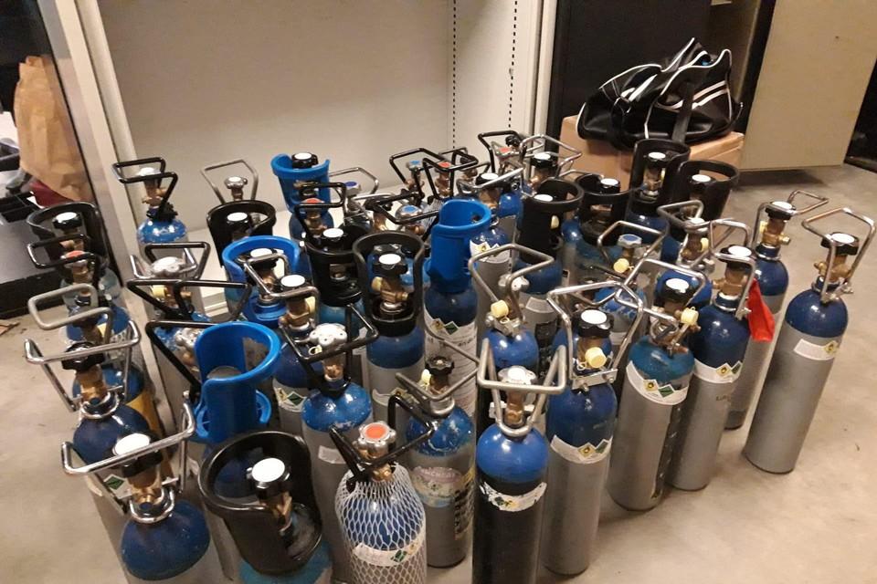In Bonheiden nam de politie in een keer 49 grote flessen lachgas in beslag.