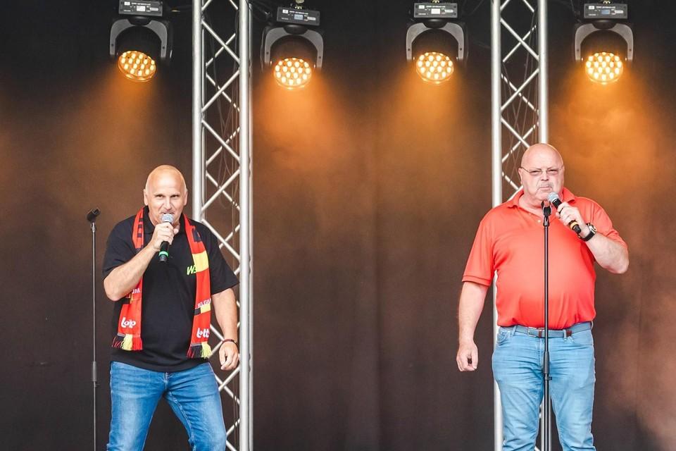 Dennie en Michel zongen hun supporterslied op het podium van Bar Woest