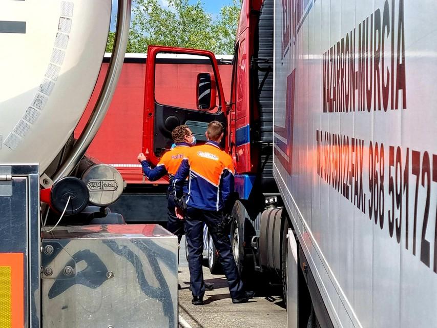 Tientallen vrachtwagens werden voor een controle aan de kant gezet.