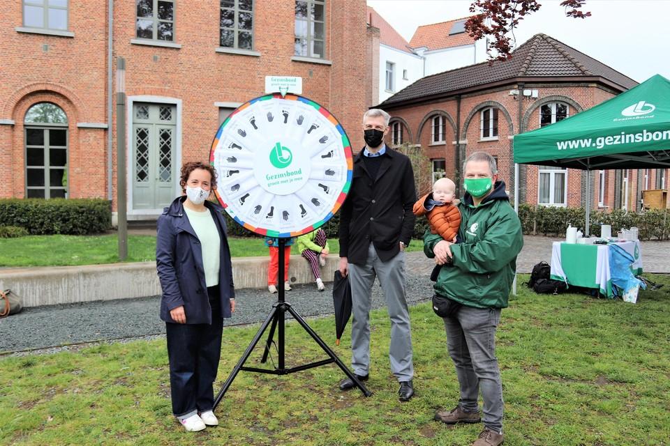 Schepen Gabriella De Francesco, Voorzitter van de Gezinsbond Jeroen Sleurs en Luc Goossens van de afdeling Mechelen.