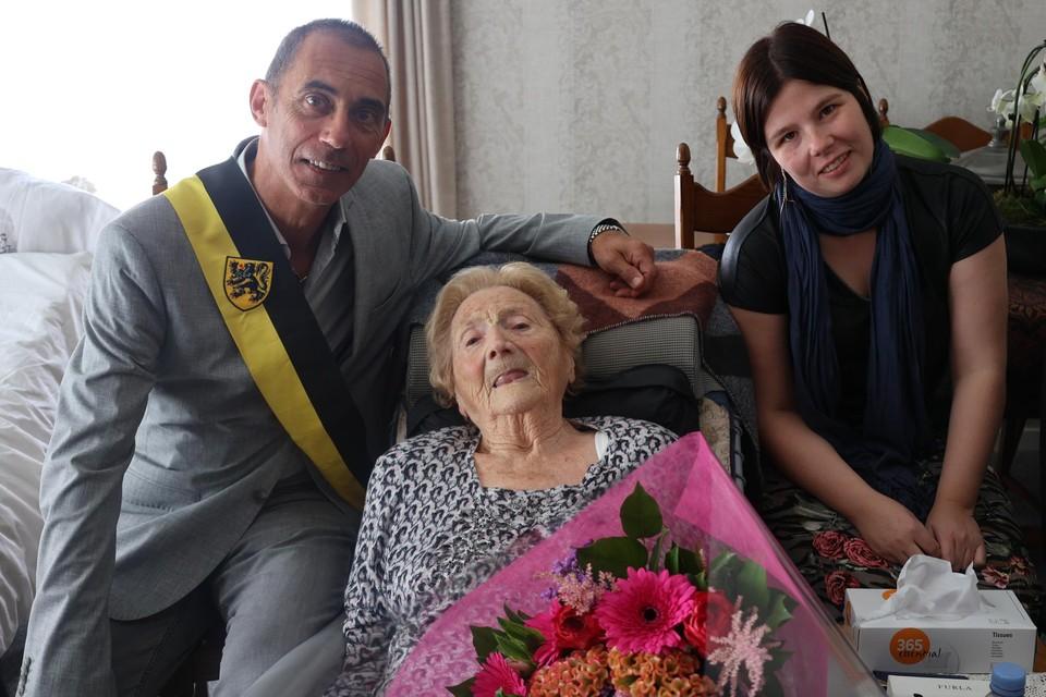 Schepen Alex Helsen kwam Rosa Leemans feliciteren. Rechts haar kleindochter