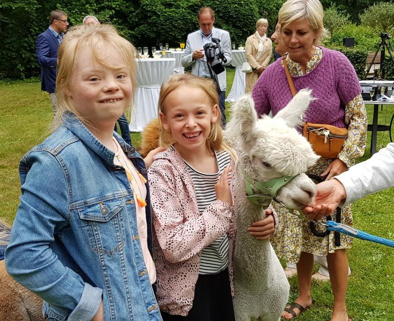 Ook kinderen zijn niet bang van de alpaca's.