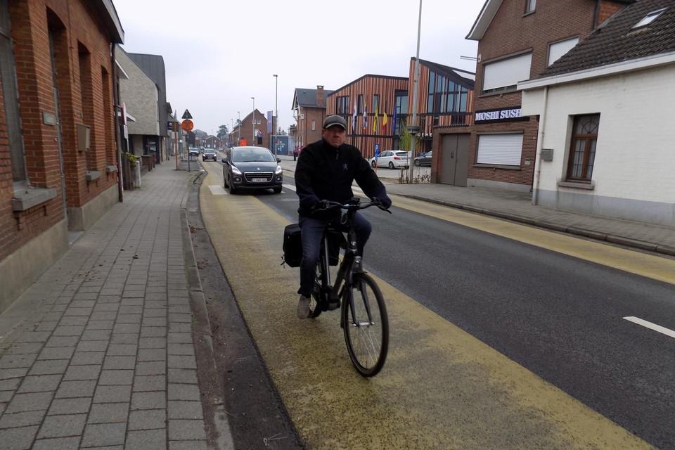 Fietsers moeten in de Rechtestraat in Lille gebruikmaken van een fietssuggestiestrook en laveren tussen de auto's en vrachtwagens.