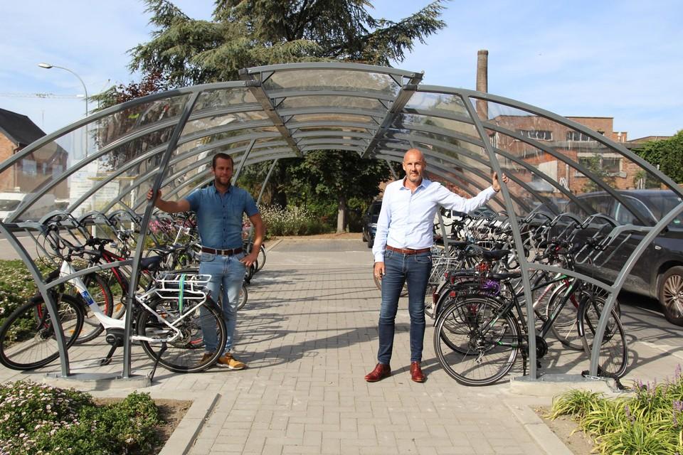 De nieuwe stalling biedt plaats aan 28 fietsen en is overdekt.