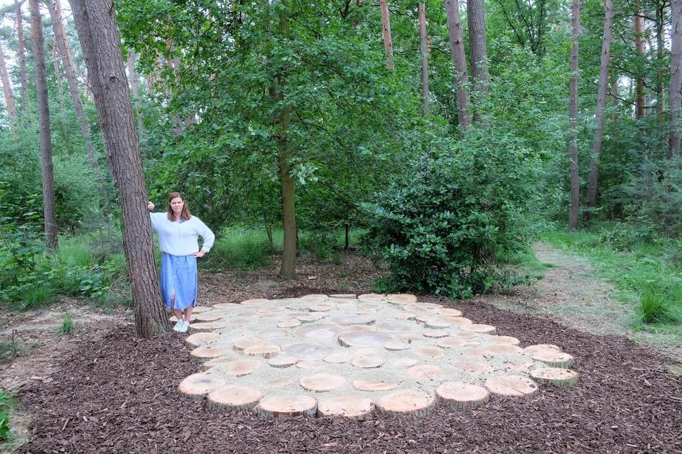 Schepen Goele Fonteyn aan de gedenkruimte met daarachter het urnenbos.