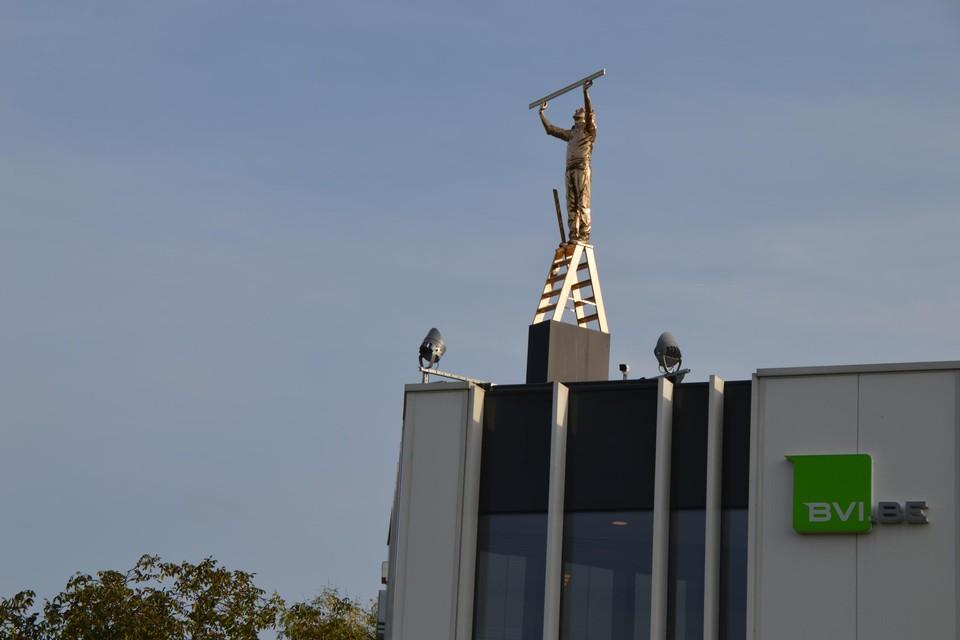 De 'Man die de wolken meet' van Jan Fabre mag voorlopig op het dak van projectontwikkelaar BVI.be aan de Uilenbaan in Wommelgem blijven staan.