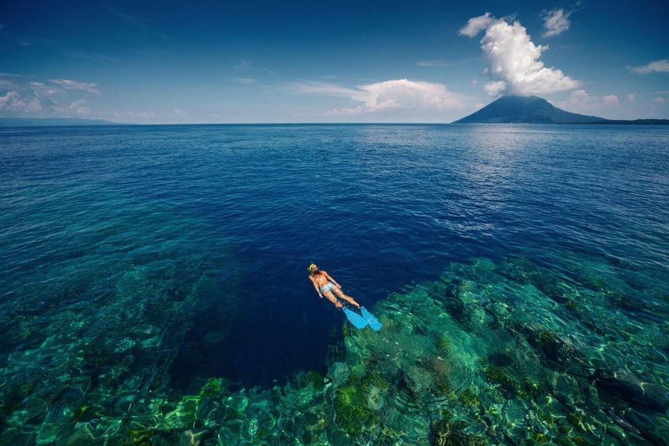 Snorkelen met zicht op het koraalrif in de buurt van Bunaken.