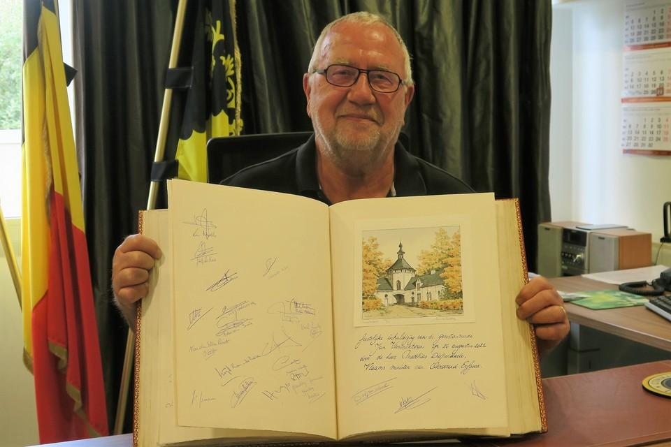 Trots met het gulden boek waarmee de restauratie van de Jan Vlemincktoren bezegeld werd met de handtekening van onder meer minister Matthias Diependaele..