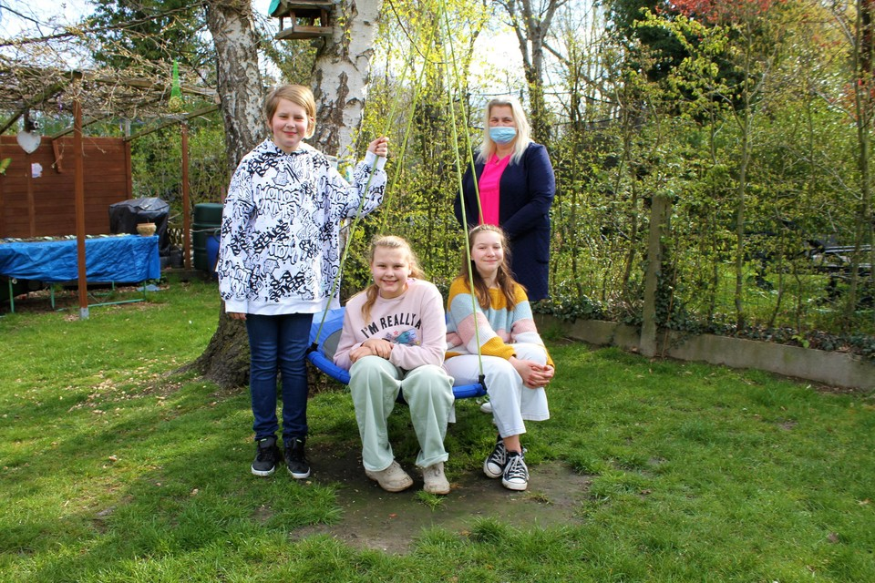 Nick, Yanaïka, Noa en hun omie Nancy organiseren de geldinzamelactie.