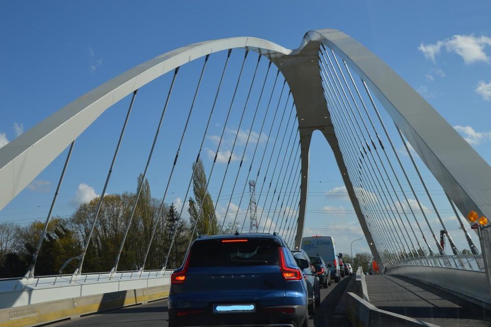 Tot zaterdagochtend wordt het aanschuiven op de nieuwe brug.