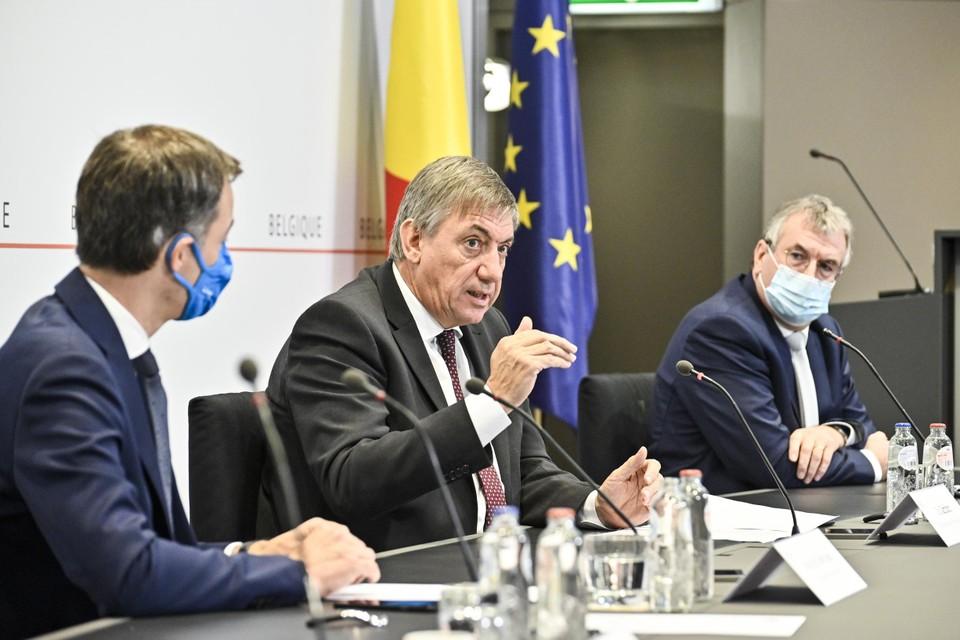 Vlaams minister-president Jan Jambon (N-VA) tussen zijn collega's na een overlegcomité. De afgelopen week waren de regeringsmededelingen nauwelijks bij te houden.