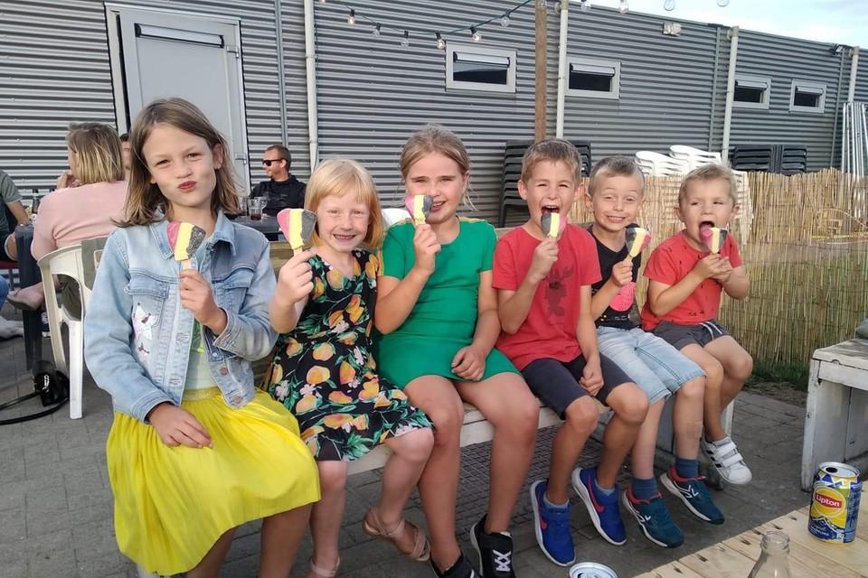 In de zomerbar van FC Blaasveld komen jong en oud aan hun trekken.