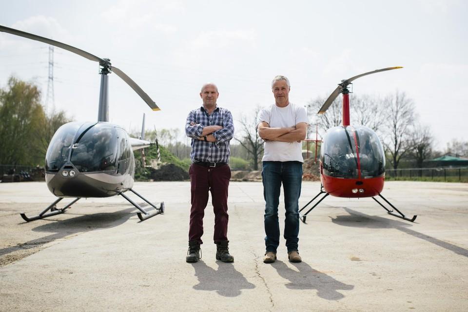 Vrienden Marc en Luc hebben elk een helikopterhaven met helikopter in eigen tuin.
