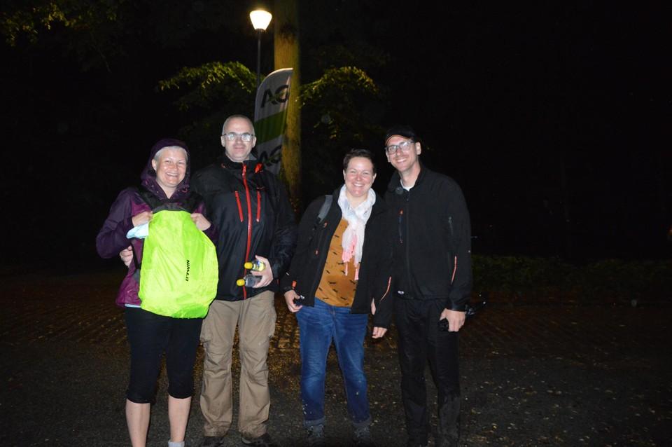 Natte deelnemers na de Sundown Walk. Aurelie en Kimberley met hun mannen kwamen uit Antwerpen om tien kilometer te stappen.