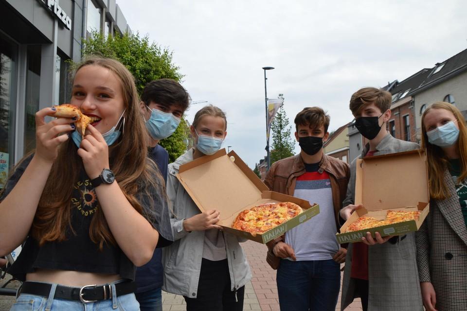 """Deze vierdejaars van het Sint-Jan Berchmanscollege vieren het einde van de examens met pizza's. """"Het was een saai, zwaar schooljaar. Goed dat we nu toch samen de vakantie kunnen inzetten."""""""