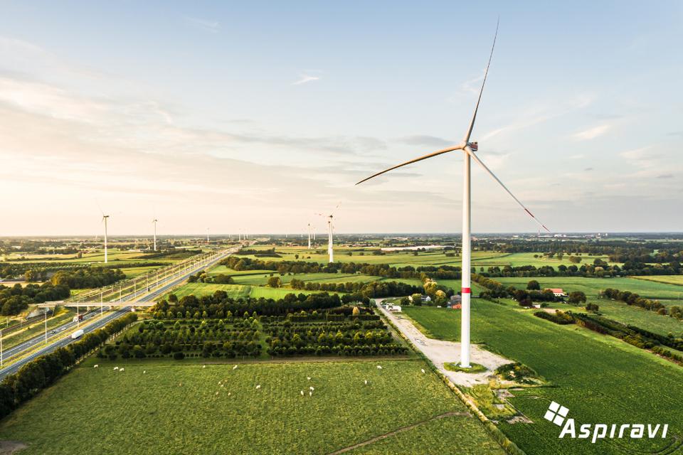 Nieuwe windturbine langs oosten van E19 in Brecht staat klaar om aangesloten te worden op het elektriciteitsnet.