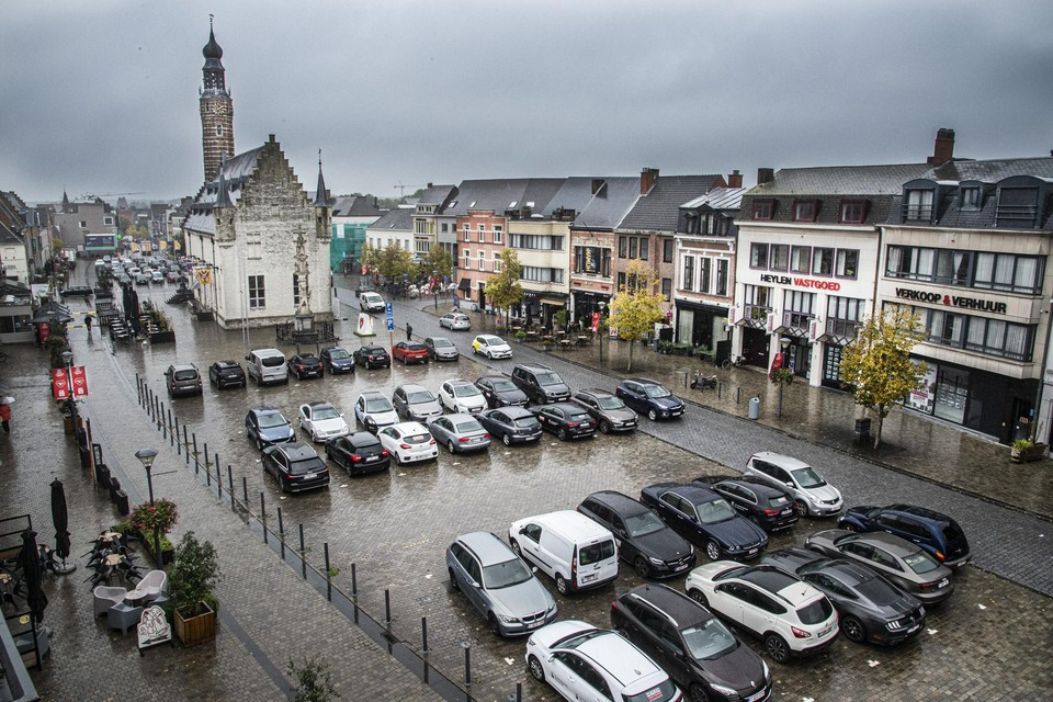De historische Grote Markt van Herentals is vandaag nog één grote parkeerplaats.