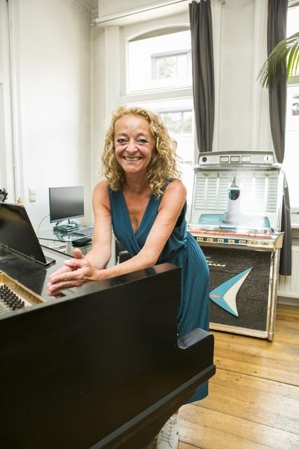 Petra aan de piano.