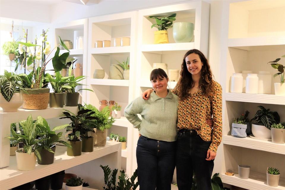 Alicia en Chloë zijn sinds vorige week de nieuwe uitbaters van bloemenzaak 't Bloemeke.