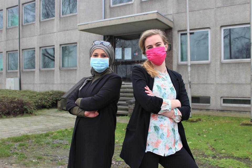 Directrices Jamila Hadri en Ellen Huyge voor de ingang van wat op 1 september de nieuwe ZALMschool moet worden.