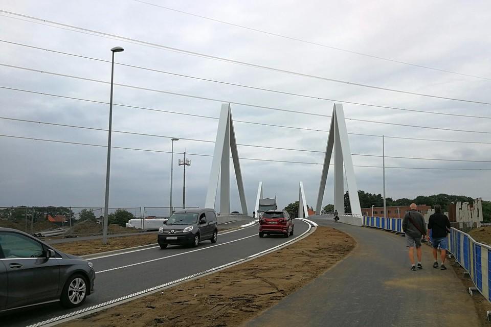 De nieuwe brug is woensdagmiddag opengegaan voor het verkeer.