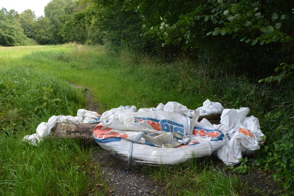 De big bags die als dam werden opgeworpen, vergeefs, liggen er nog.