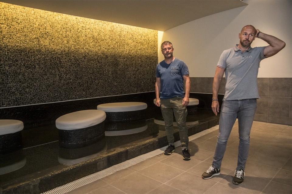 Zaakvoerder Björn Janssens (rechts) begrijpt niet dat hij nog steeds geen richtdatum heeft voor een heropening van zijn sauna.