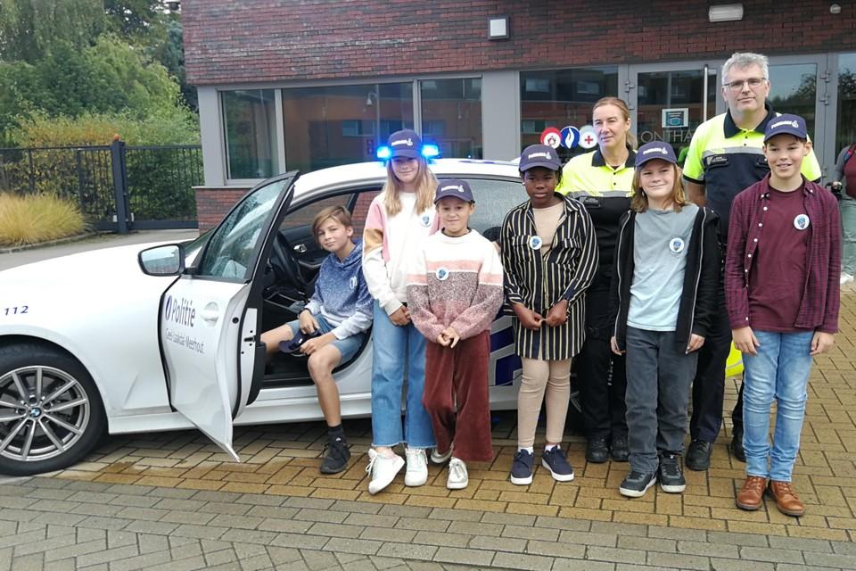 De gloednieuwe Politiekids Briek, Rine, Hannelore, Jayda, Daan en Tijs hebben net onder het toeziend oog van wijkagenten Carolin Wellens en Luk Struyfs de politiewagen verkend.