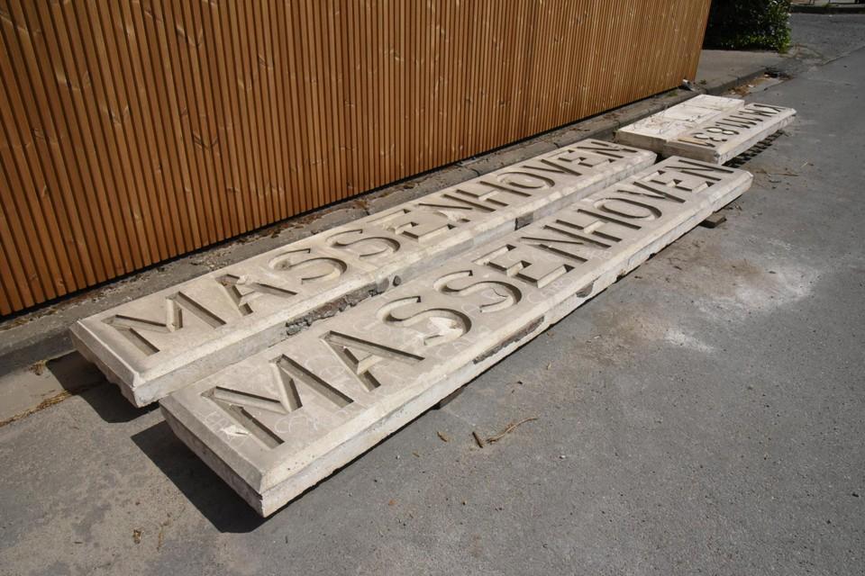 De oude plaatsbenamingen van Massenhoven in beton zoals ze gestockeerd liggen in het gemeentemagazijn.