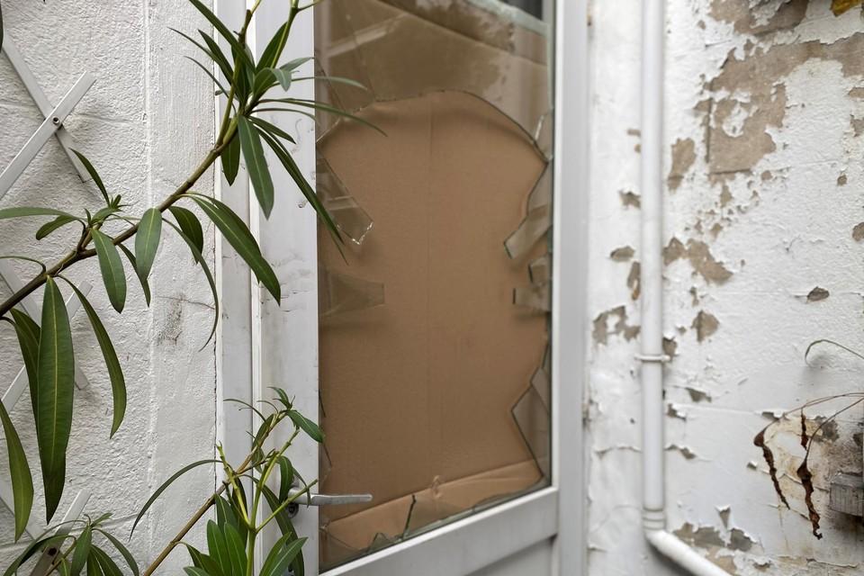 Het raam van een achterdeur op de Koningin Astridlaan werd door de boeven ingeslagen, zodat ze naar de voorkant van de straat konden lopen.