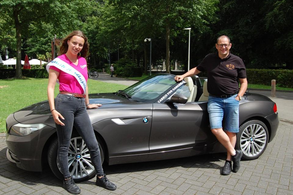 Charlotte en Marc bij z'n droomauto aan CC Ter Vesten, het startpunt van Cabrio For Cancer.