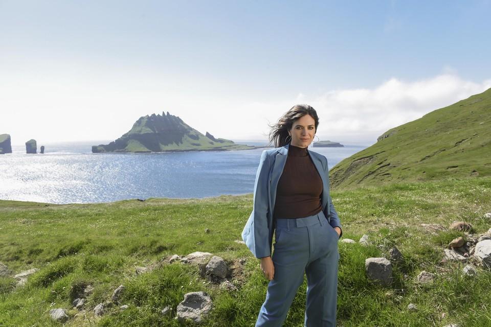 Astrid liet zich op de Faeröer-eilanden fotograferen in haar nieuwste kledingcollectie voor ZEB.
