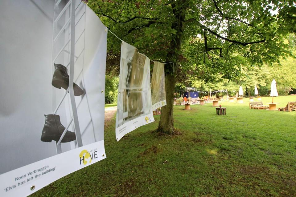 De kunst hangt in het park aan de zomerbar Alain