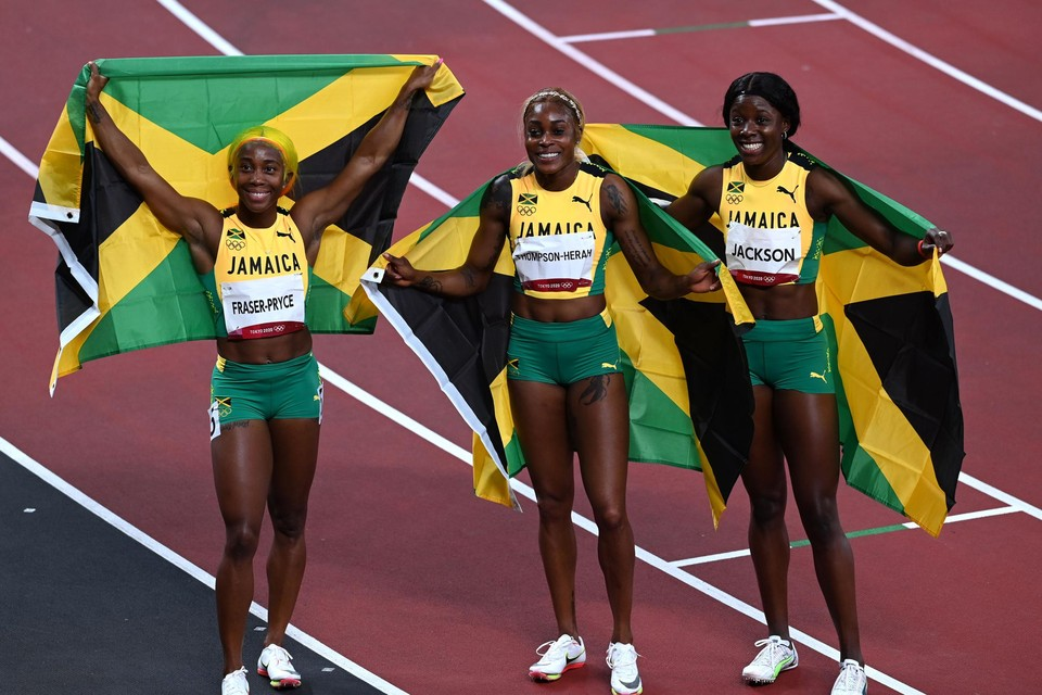 De drie snelste vrouwen ter wereld: Shelly-Ann Fraser-Pryce (zilver), Elaine Thompson (goud) en Shericka Jackson (brons).
