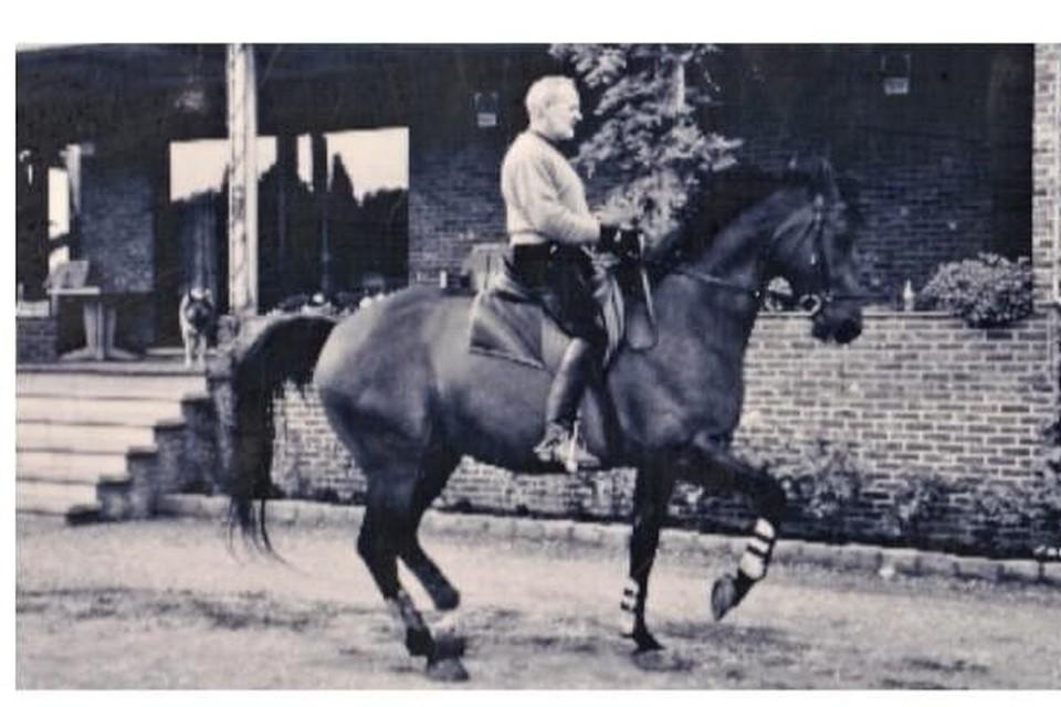 Swa Horemans als dressuurruiter thuis voor zijn manege.