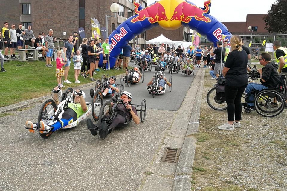 Met een vliegende start gooien de handbikers zich op het parcours van 4 kilometer, waarbij ze binnen het uur zo veel mogelijk rondjes moeten afleggen.