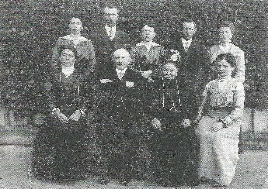 De oudste foto van de familie Van der Auwera-Dieltjens met de drie boomkwekers August (vooraan) en Frans (achteraan rechts) en halfbroer Leon Van Deyck.