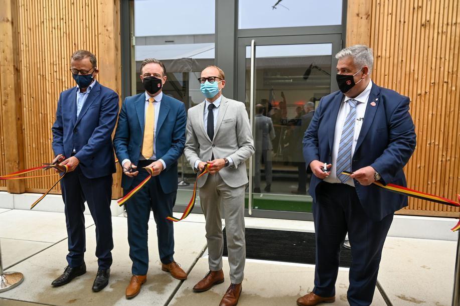 Onder andere Ben Weyts en Bart de Wever komen het lintje knippen.