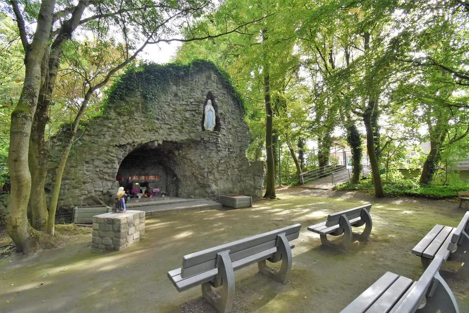 Het domein waar ook de Lourdesgrot staat, sluit aan op de school, het bruggetje verbindt school en domein zelfs.