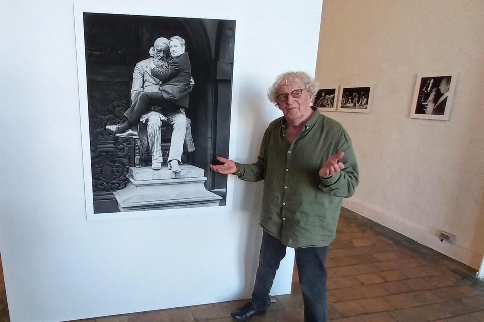 Roland Minnaert bij zijn iconische foto van Hugo Claus in galerie Verbeeck-Van Dijck.