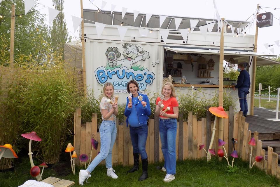Helle Vanderheyden, Kim Schillebeeckx en Siedse Woestenborghs lanceren aan Bruno's IJsjesbar in Vosselaar een eigen zomerhit en dansje.